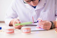 牙医运转的牙植入管在医学实验室 库存照片