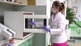 牙医采取从消毒器的仪器 股票视频