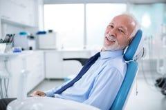 牙医` s椅子的年长人没有恐惧等待的treatmen 免版税库存照片