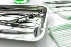 牙在医生` s办公室白色背景中关心与牙医仪器 免版税库存图片