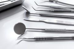 牙在医生` s办公室白色背景中关心与牙医仪器 库存图片