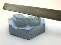 牙牙齿石膏模型模子在膏药的与太阳镜和耳机 库存图片