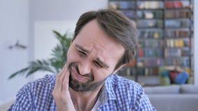 牙痛姿态,充满严重牙痛的偶然胡子人 影视素材