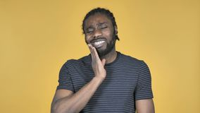 牙痛,充满牙痛的美国黑人的人在黄色背景 股票录像