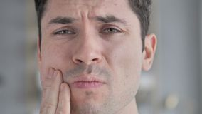 牙痛,面孔接近年轻人在牙痛中 股票录像