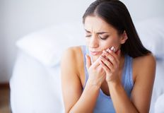 牙痛 妇女感觉牙痛 美好的哀伤的G特写镜头  库存照片