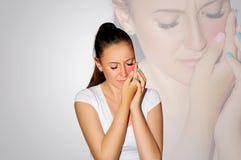 牙痛 牙问题 妇女感觉牙痛 遭受强的牙痛的美丽的哀伤的女孩特写镜头  有吸引力的fem 库存照片