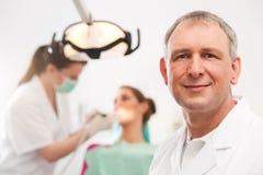 牙科医生他的手术 免版税图库摄影