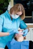 牙科医生女性工作 免版税库存照片