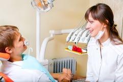 牙科医生她的办公室年轻人 免版税库存图片