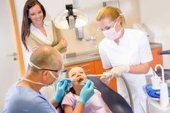 牙科医生小患者 免版税库存图片