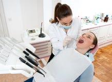 牙科医生工作 免版税库存照片