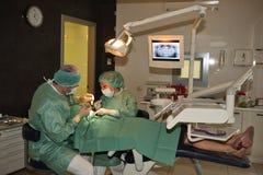 牙科医生工作 免版税图库摄影
