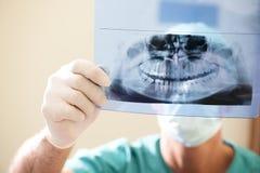 牙科医生检查的光芒x 库存照片
