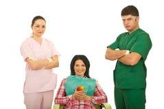 牙科医生耐心的微笑的小组 库存图片