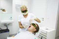 牙科卫生师办公室,二极管激光 库存照片
