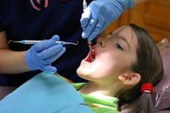 牙科卫生师工作 免版税库存照片