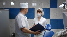 牙科技师谈话与医生在实验室 免版税库存照片
