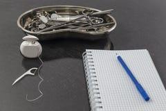 牙科设备和仪器为在金属盘子的治疗设置了在诊所 畸齿矫正术和医疗保健 免版税库存照片