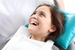 牙科,牙齿椅子的快乐的孩子 免版税图库摄影