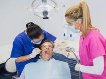 牙科医生检查的患者 免版税库存图片