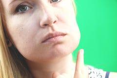 牙问题 Gumboil,涨潮和胀大面颊 遭受强的牙痛的美丽的哀伤的女孩特写镜头  有吸引力的 免版税图库摄影