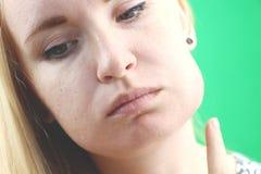 牙问题 Gumboil,涨潮和胀大面颊 遭受强的牙痛的美丽的哀伤的女孩特写镜头  有吸引力的 免版税库存图片