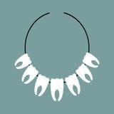 牙项链 在印地安人的脖子的装饰 Ab的吉祥人 免版税库存照片
