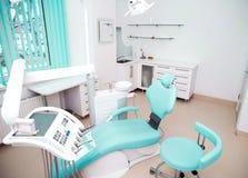 牙齿与椅子和工具的诊所室内设计 免版税图库摄影
