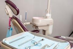 牙齿仪器和工具在牙医办公室 免版税库存图片