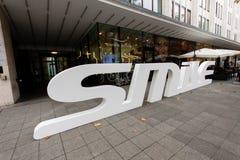 牙齿保护商店瑞士人微笑与3D商标 免版税图库摄影