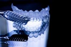 牙齿保留和牙刷 免版税库存照片