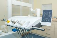 牙齿办公室 牙医椅子 一套牙齿仪器 免版税库存图片