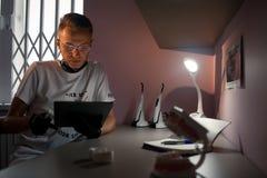 牙齿医生在片剂计算机看在牙齿办公室 免版税库存照片