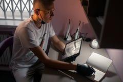 牙齿医生在牙齿办公室看在片剂计算机上的X-射线 免版税库存照片