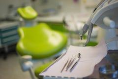 牙齿椅子和仪器 库存图片