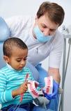 牙齿椅子的逗人喜爱的婴孩 库存照片