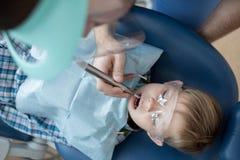 牙齿椅子顶视图的小男孩 免版税库存照片