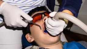 牙齿治疗的男孩 大括号装箱的 胳膊关心健康查出滞后 免版税库存照片