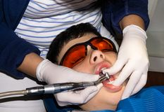 牙齿治疗的自我中心男孩 大括号装箱的 胳膊关心健康查出滞后 图库摄影