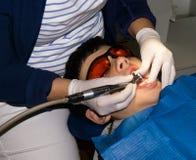 牙齿治疗的自我中心男孩 大括号装箱的 胳膊关心健康查出滞后 库存照片