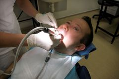 牙齿牙擦亮 清洗的牙,牙齿卫生学 牙医是擦亮有软的牙齿刷子的耐心牙 免版税库存照片
