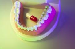 牙齿牙牙齿药片 免版税库存图片