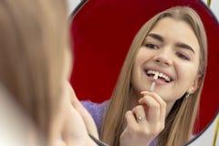 牙齿美白做法的女孩检查牙的颜色口气 免版税库存图片