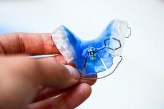 牙齿蓝色可移动的括号或保留牙的,正牙学 库存图片