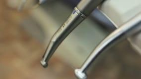 牙齿被安置的钻子和仪器 影视素材