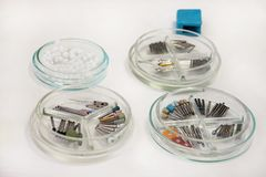 牙齿钻子burs 牙科设备,钻子,研磨剂,运河的牙齿bur,波兰bur,在培养皿玻璃的砂轮 免版税图库摄影