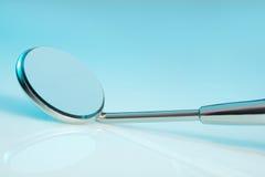 牙齿镜子 免版税库存图片