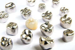 牙齿陶瓷,金和金属牙在白色背景加冠 免版税库存照片