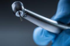 牙齿仪器 登塔高speedl涡轮 有手片断的牙齿金刚石圆筒bur 免版税库存照片